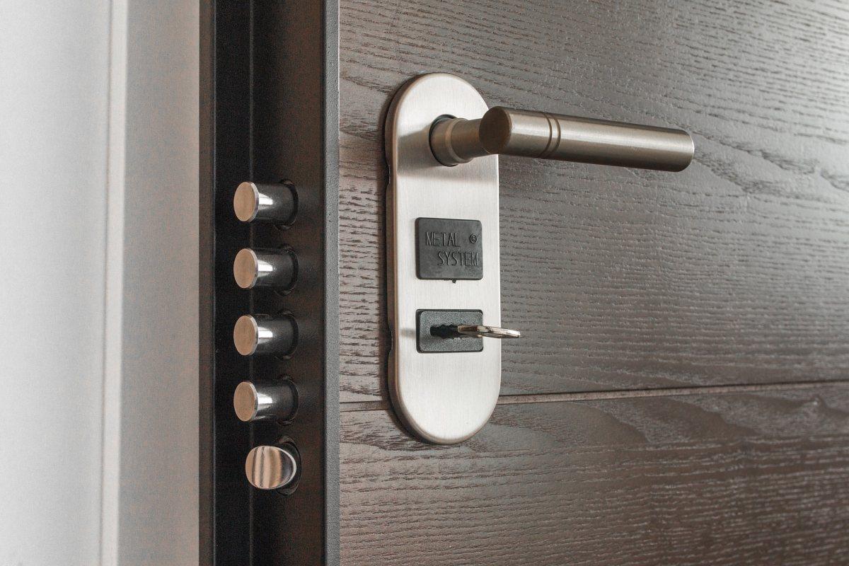 Home security tips - double bolt door lock