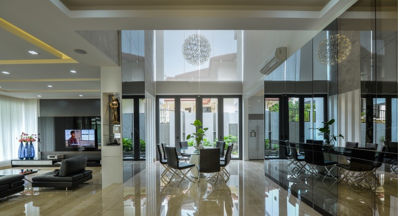 Large windows allow lots of daylight into the house. Mixed with cool LED down lights and warm cove lighting