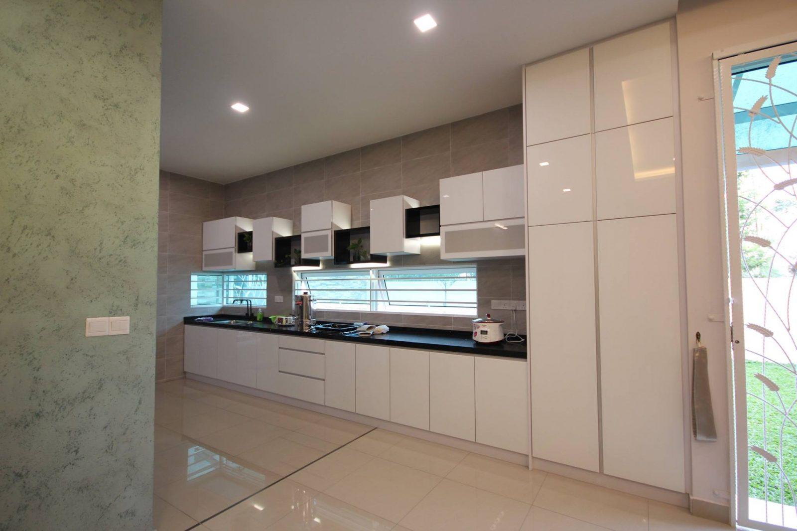 customised kitchen layout for a long kitchen design by alecc interior design - Kcheninnovationen Inkl