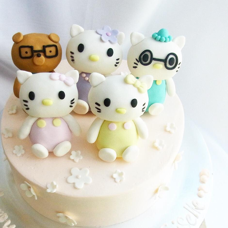 A round cake with fondant Hello Kitty family figures. Made by: Corine and Cake. Source