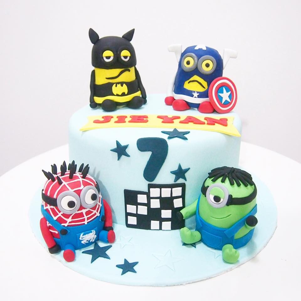 Minions in superheroes costumes made of fondant instantly turn a usual fondant cake into a Minion themed cake. Made by:Corine and Cake.Source