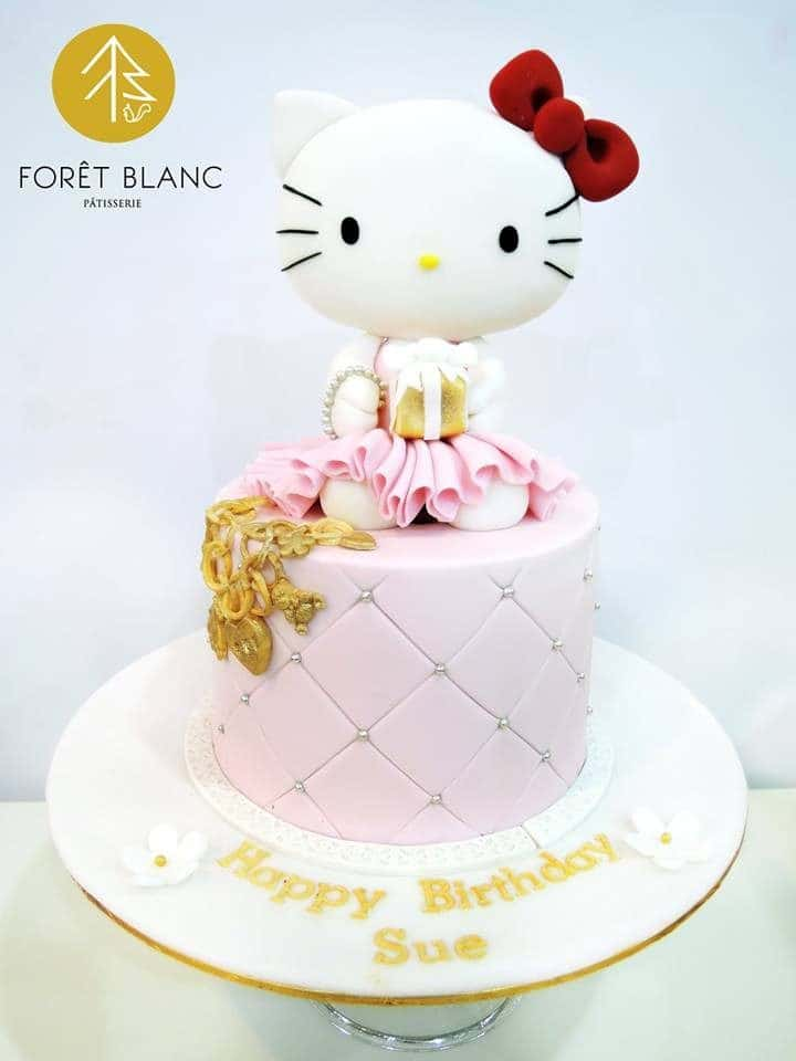 A simple cake won't look plain by adding swiss dots accent and shimmering gold colour, plus a big, cute 3D Hello Kitty on top. Made by: Foret Blanc Patisserie.Source
