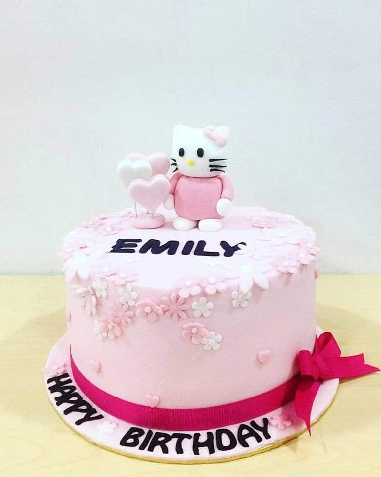 The round cake looks heavenly by using fondant icing and small flower decoration made of fondant, too. Not to mention the Hello Kitty and heart-shaped toppers which make the cake look even cuter. Made by: Kak Sal Kueh.Source