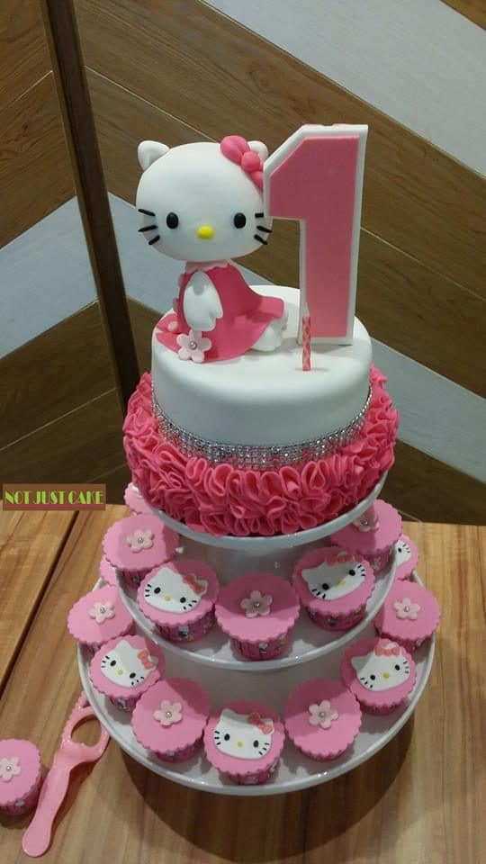 Small cupcakes and one tier cake placed neatly in a cupcake tower make a great combination for your kid's first birthday.Made by: Ms. V. Source