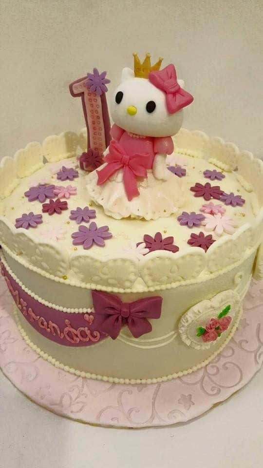 Want to make your daughter feel like the actual princess in their first birthday? This kingdom-themed cake with a Hello Kitty topper dressed with gown might be the perfect choice for you. Made by: Ten28ight Boutique Cafe.Source