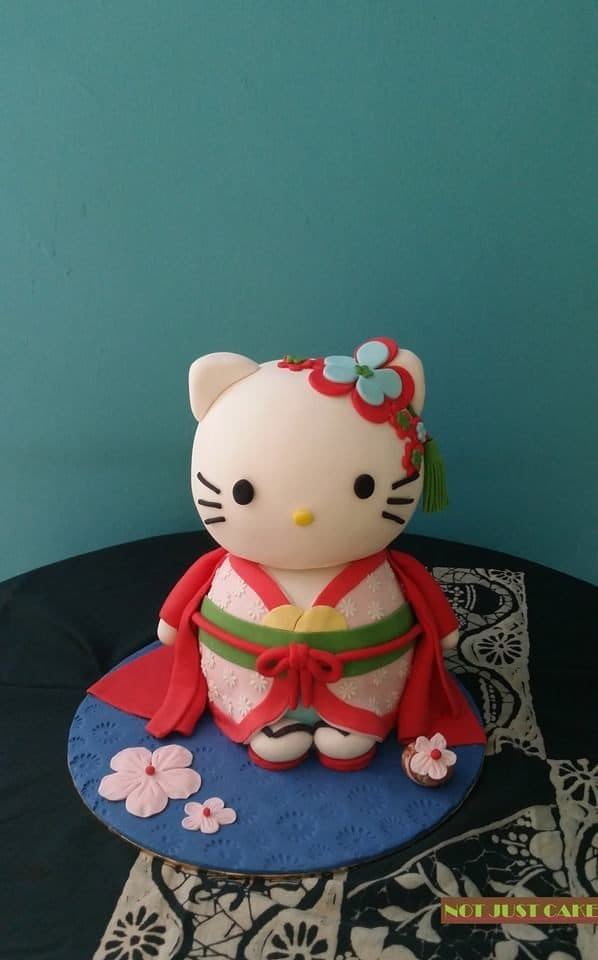 A fully-sculpted Hello Kitty figure dressed in Japanese traditional kimono.Made by: Ms. V. Source