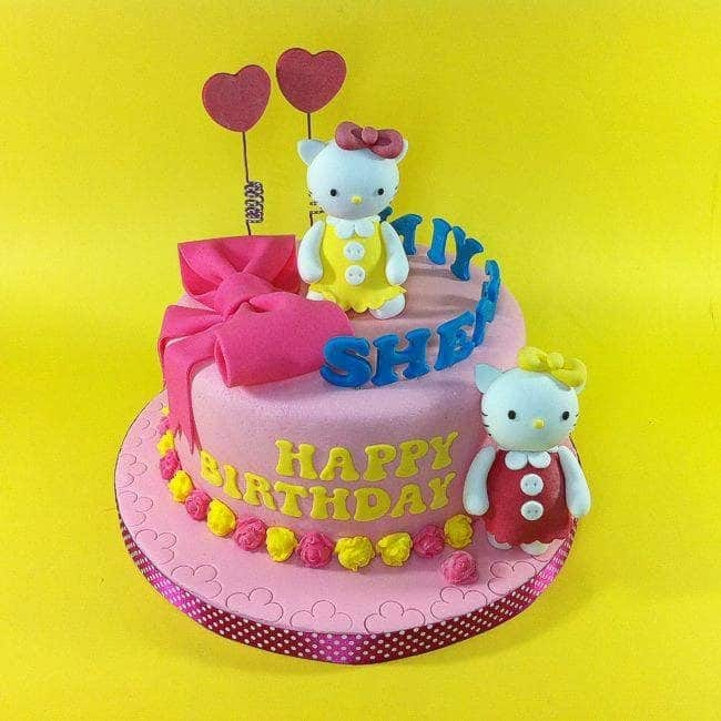 One tiered cake surrounded by roses made of fondant looks really nice with the addition of two Hello Kitty figures; one below, one on top. Made by: CakeDeliver Online Cake Shop. Source