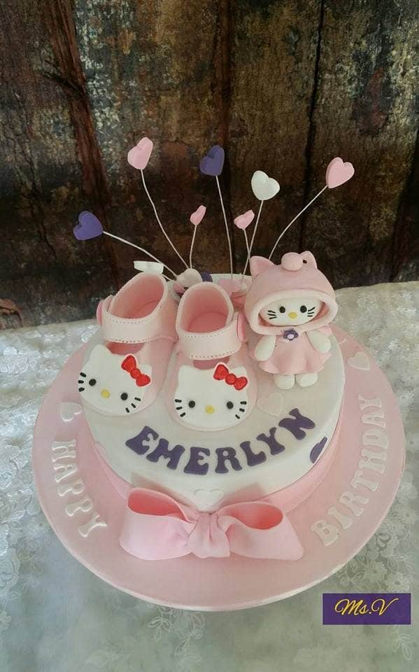 This round cake looks super cute with fondant pink shoes decoration and hand-sculpted Hello Kitty figure on top.Made by: Ms. V. Source