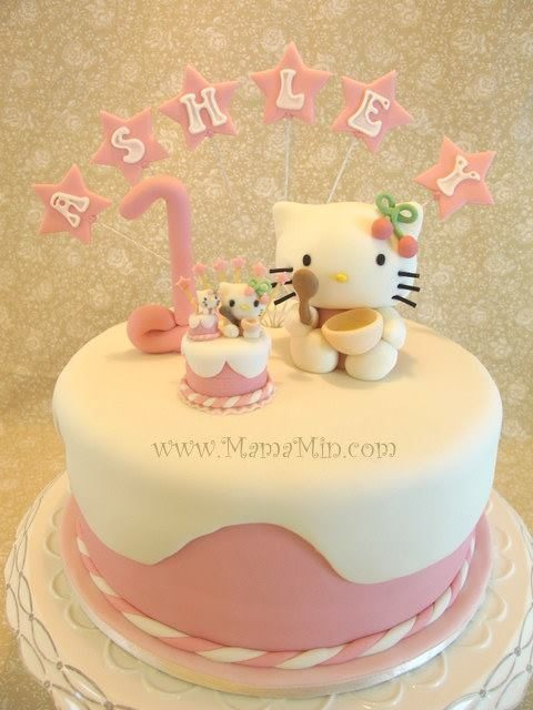 A bit of Inception theme here, with a Hello Kitty cake on another Hello Kitty cake, on yet another Hello Kitty cake! Made by: MamaMin.Source