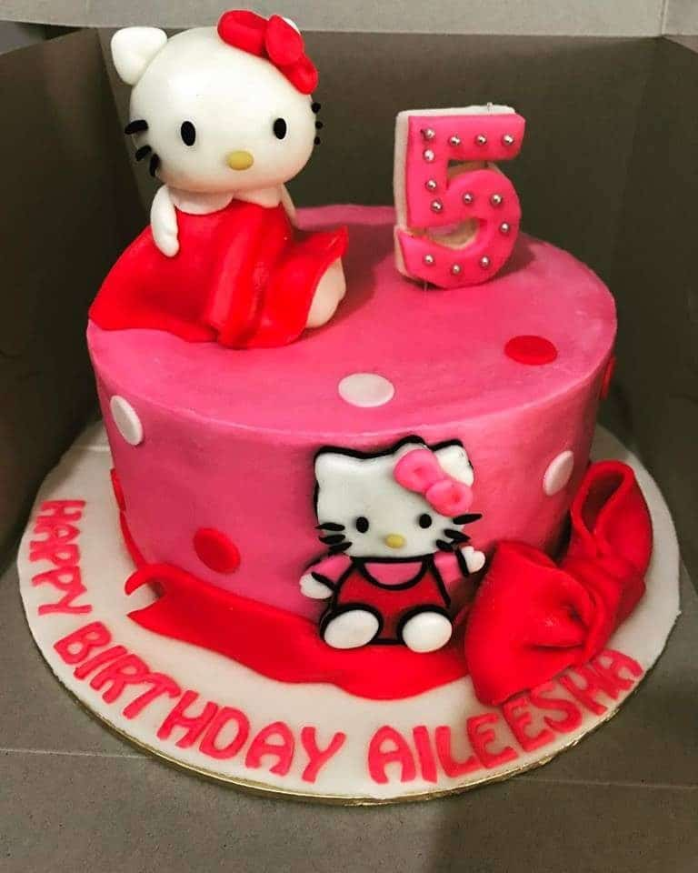 This round fuchsia cake embroidered with a Hello Kitty fondant cutout on the side, and a Hello Kitty topper is perfect for the celebration of your daughter's 5th birthday. Made by: Suez Cakes. Source