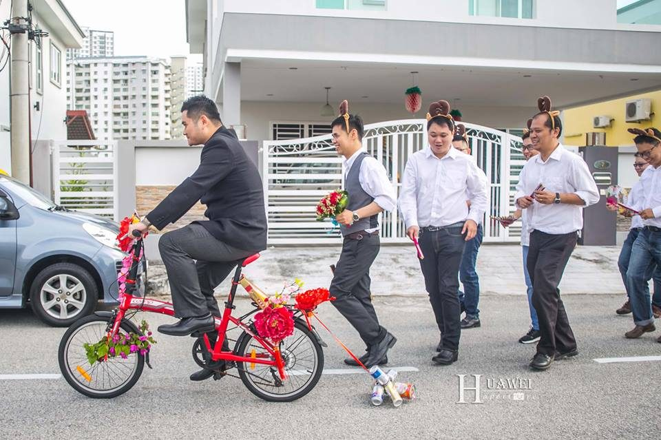 Malaysian Chinese Groom riding bicycle to gatecrashing with hengtai. Photo by Hua Wei Aperture. Get quotes for prewedding photography at Recommend.my