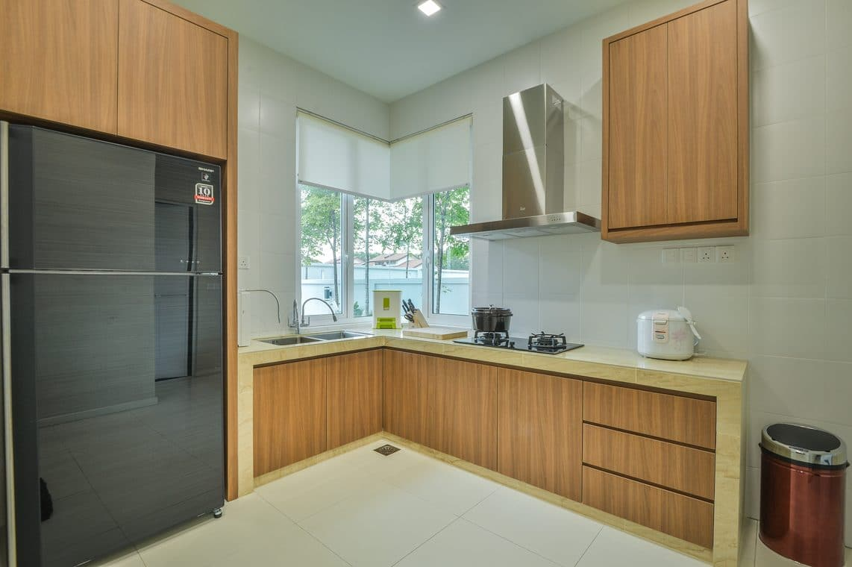 Corner kitchen layout for Semi-D house in Viridian, Cheras Idaman, Kuala Lumpur by Moonlit Inspiration