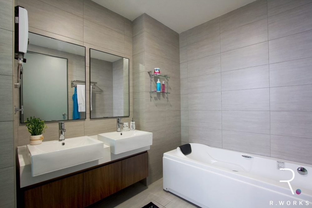 Bathroom of the master bedroom provided by the developer