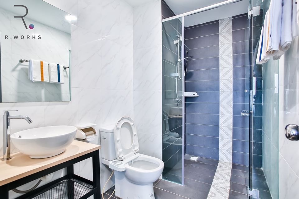 Bilik mandi dilengkapi dengan pancuran mandian, tandas dengan bidet automatik, bersama-sama singki