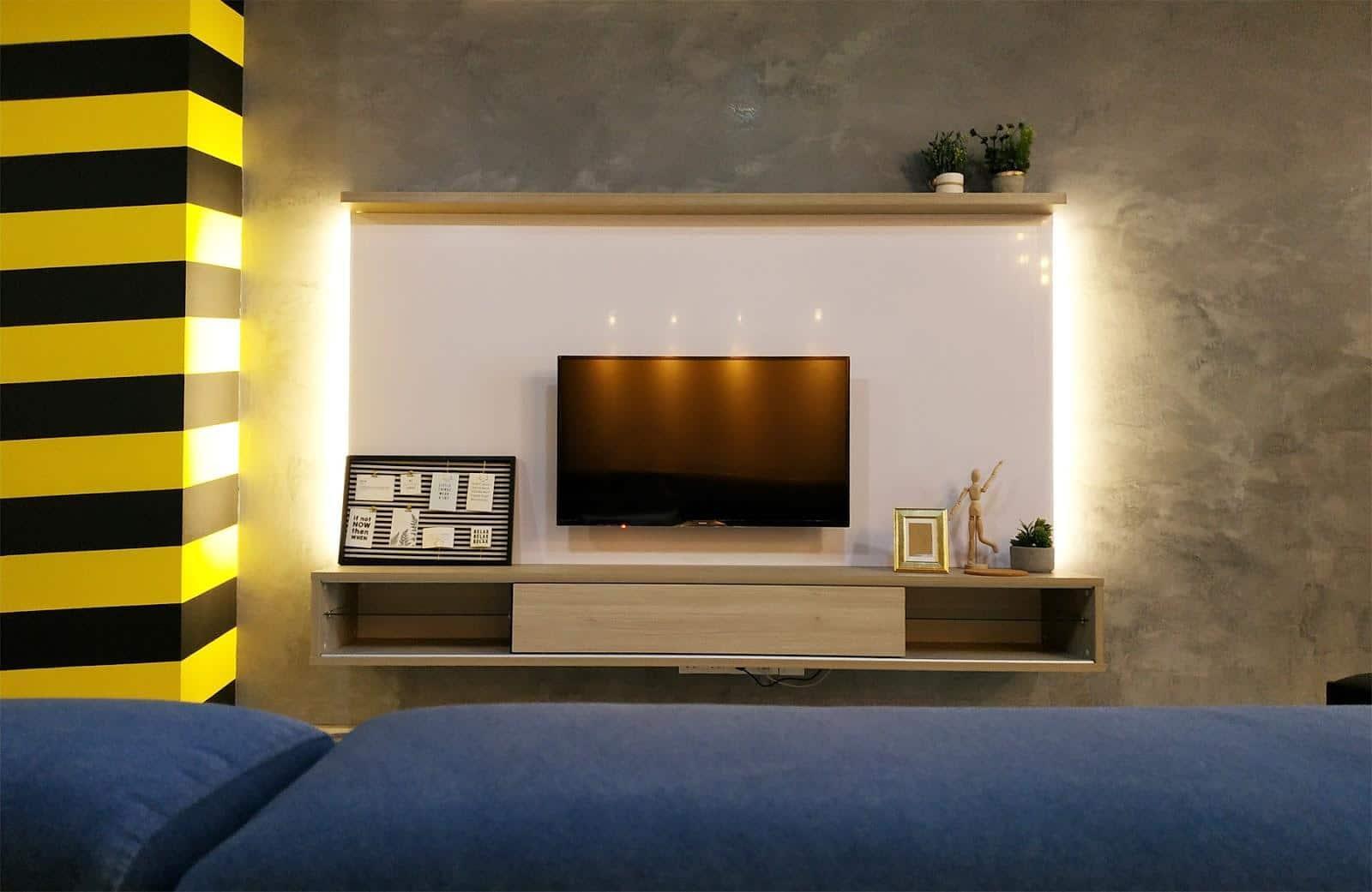 Konsol TV gaya Skandinavia dan dinding ciri cat bertekstur