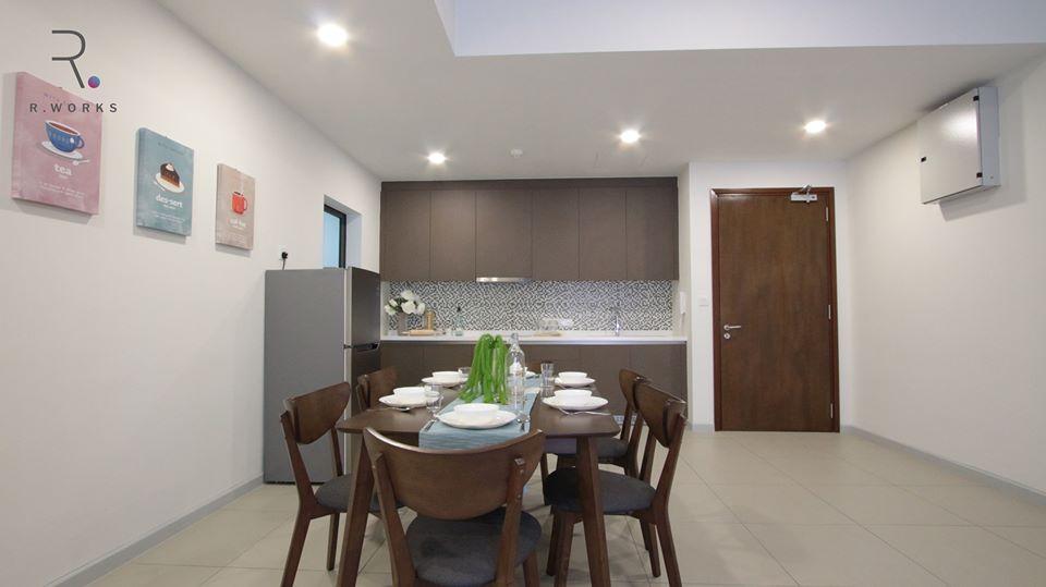 Pemandangan dapur dan ruang makan yang luas dalam skema warna kayu gelap