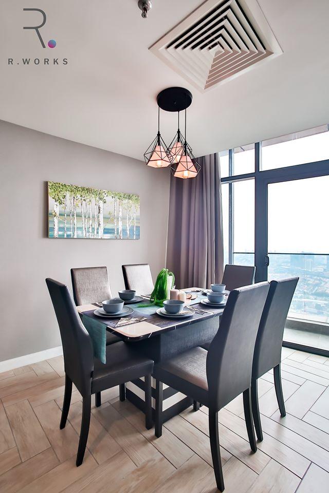 Ruang makan kelihatan terang dan mesra dengan cahaya yang masuk melalui pintu gelangsar balkoni