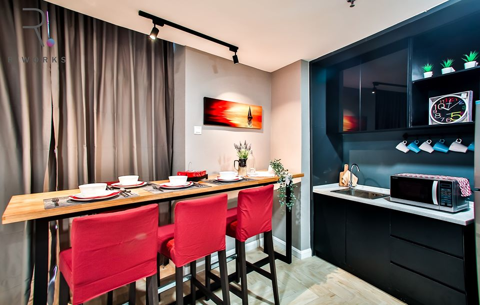Ruangan dapur dan ruang makan dengan aksen merah gelap
