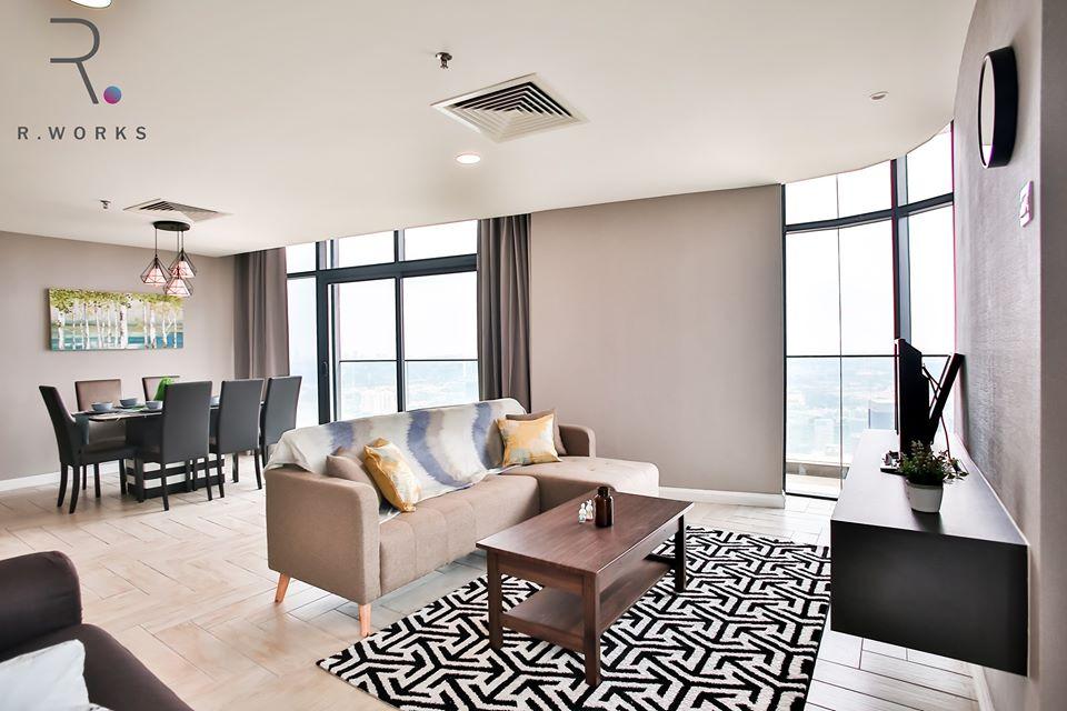 Pemandangan ruang tamu yang dipenuhi cahaya siang di Empire City, Damansara