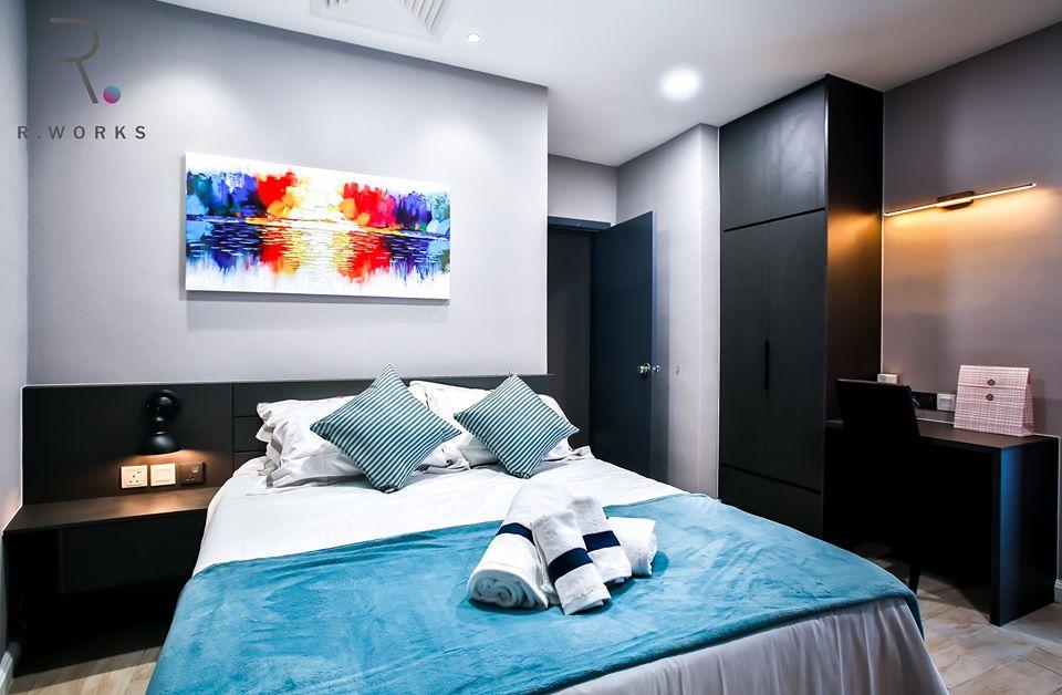 Warna-warna cerah bilik melengkapkan ciri-ciri halus dengan baik