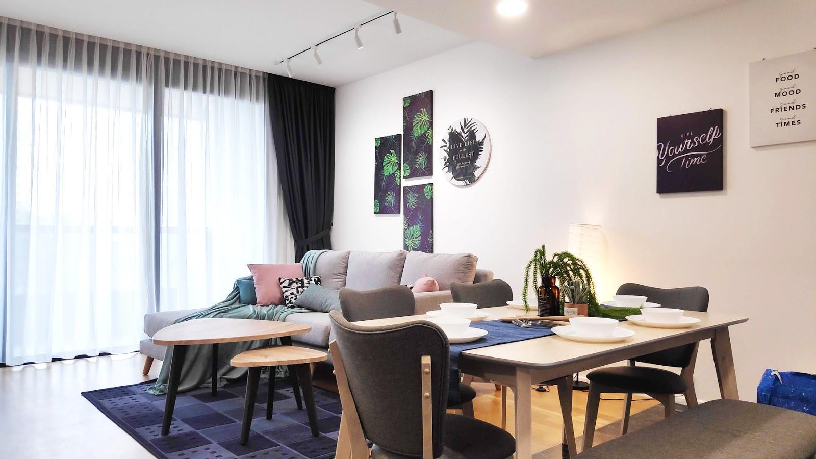 Ruang tamu dan ruang makan dihiasi dengan aksen biru dan ungu ringan