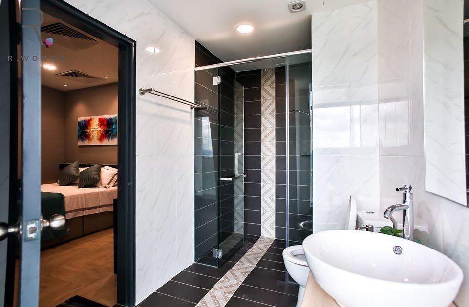 Pancuran mandian mempunyai beberapa corak pada lantai jenis 'tile' khas