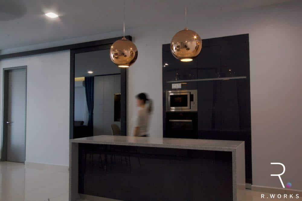 Kawasan dapur kering dengan panel sliding kelabu reka bentuk konsep industrial