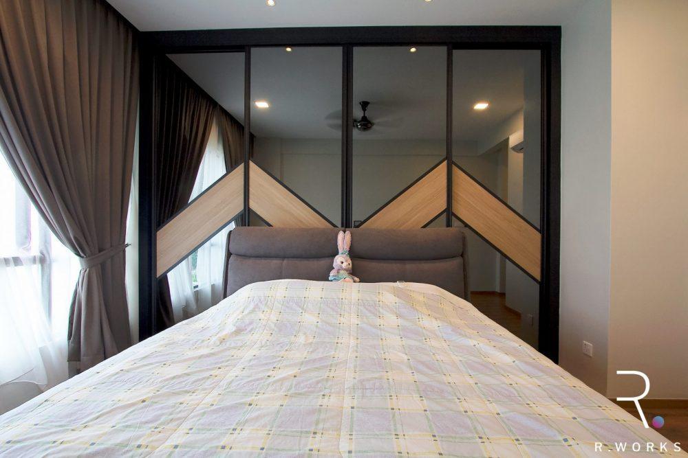 Panel sliding bilik tidur di belakang kepala katil di bilik tidur utama konsep rumah industrial