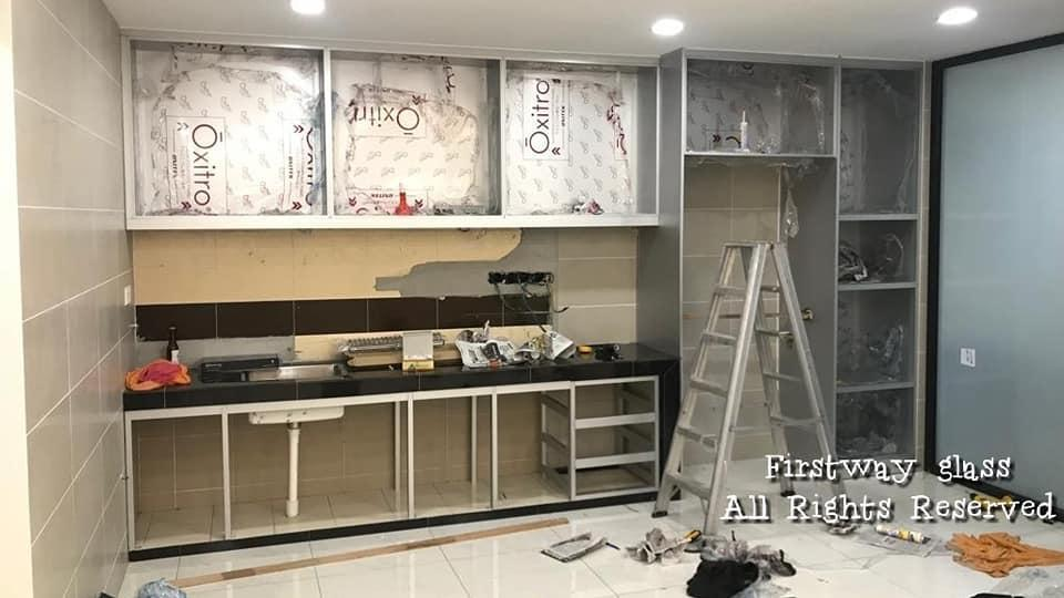 Rangka kabinet dapur aluminium yang sedang dipasang