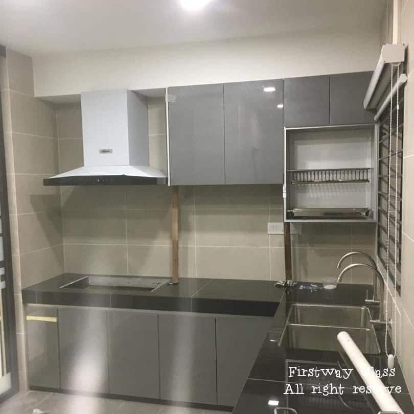 Kabinet dapur aluminium dalam warna kelabu