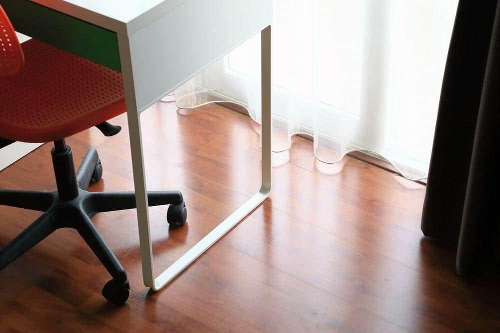 Lantai lamina rumah yang tahan calar