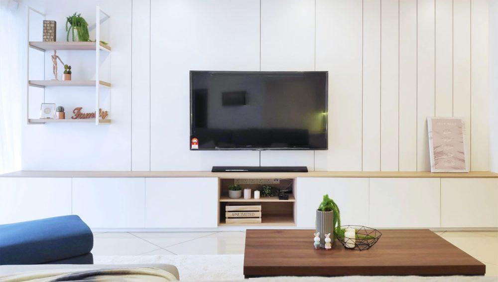 Konsol TV serba putih di ruang tamu