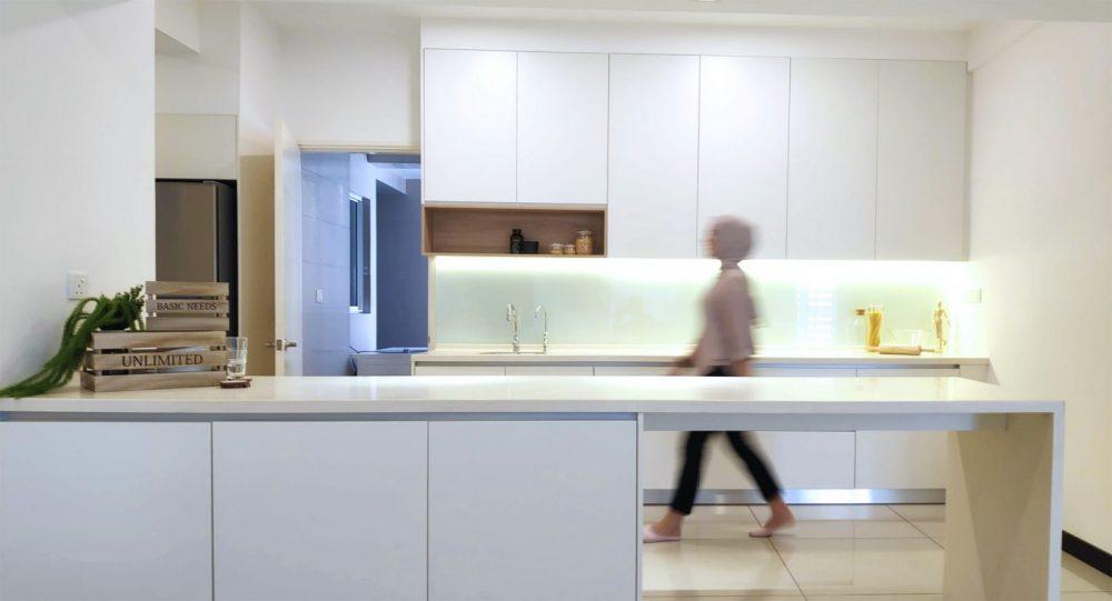 Pandangan pada kabinet dapur yang diperbaharui