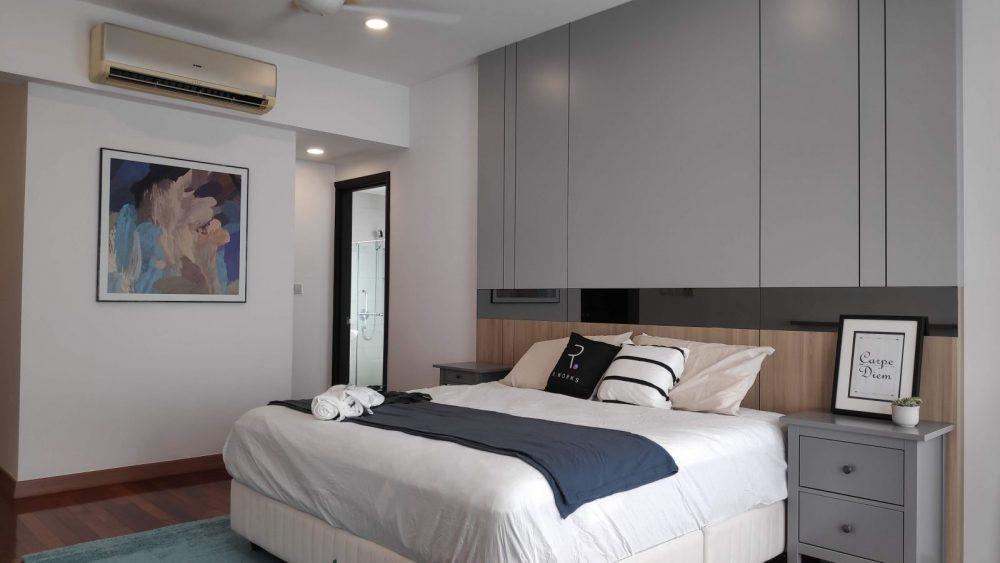 Ruangan tidur utama yang direka sepenuhnya, bersama-sama  dinding utama yang direka khas
