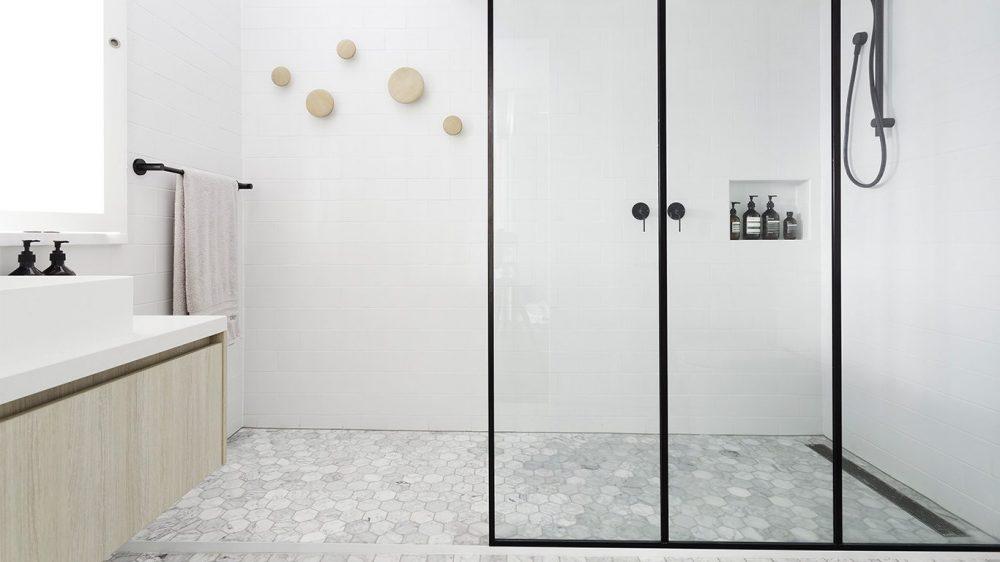 Minimalist bathroom in Milan. Source Spinzi