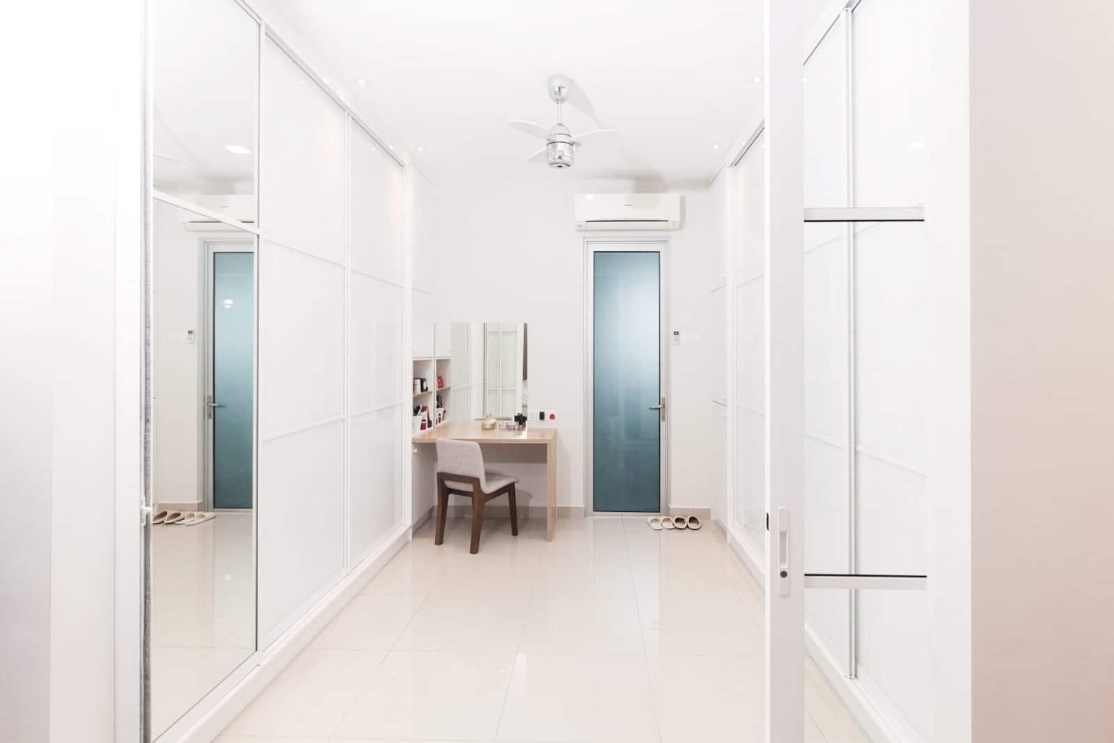 Kabinet dinding di bilik tidur bewarna putih