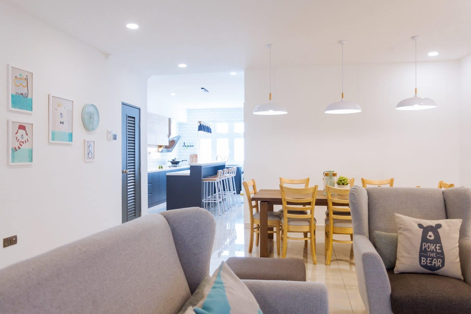 Konsep ruang terbuka dengan ruang tamu dan meja makan gaya moden