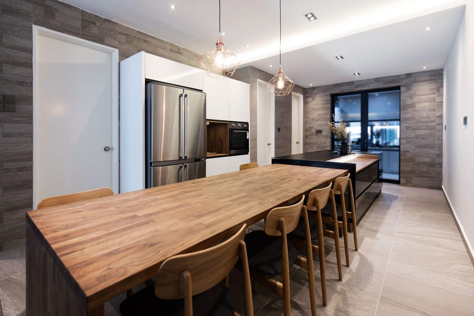 Meja makan diperbuat daripada kayu di ruang makan moden