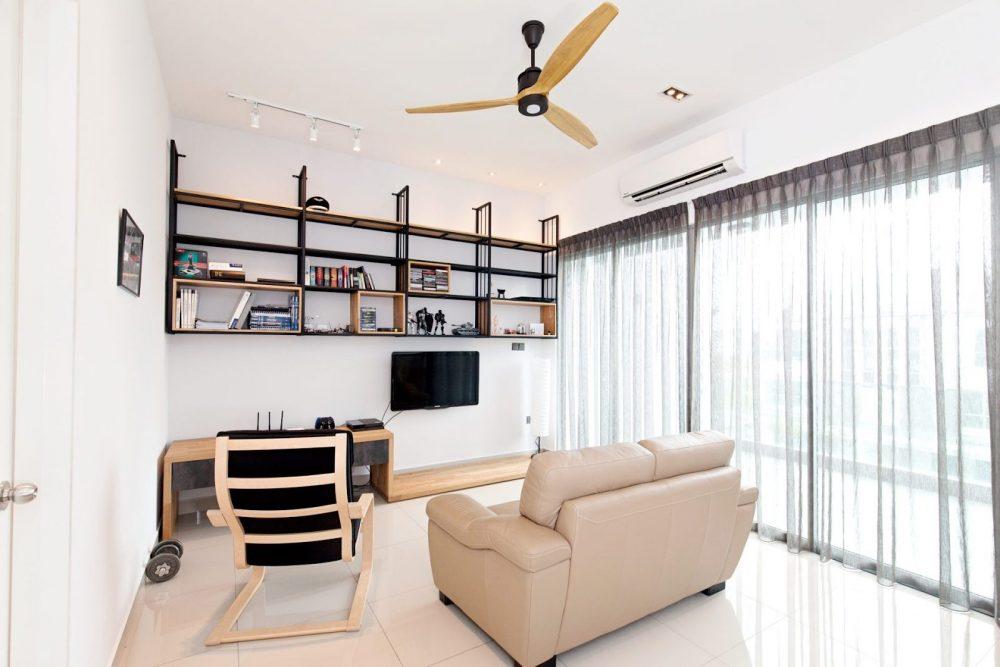 Ruang tamu dengan kerusi santai dan sofa berestetika minimalis