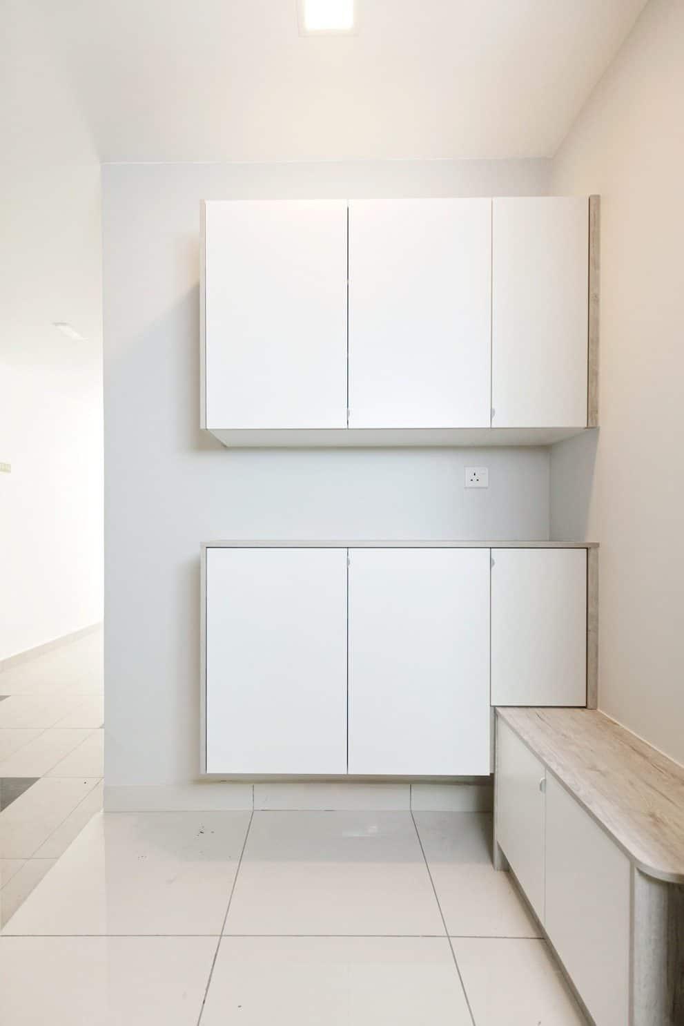 Kabinet terapung warna putih minimalis