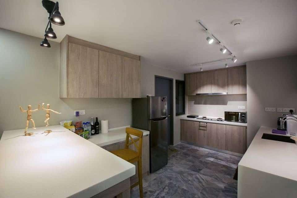 Dapur kecil gaya moden dengan lampu sorot dinding