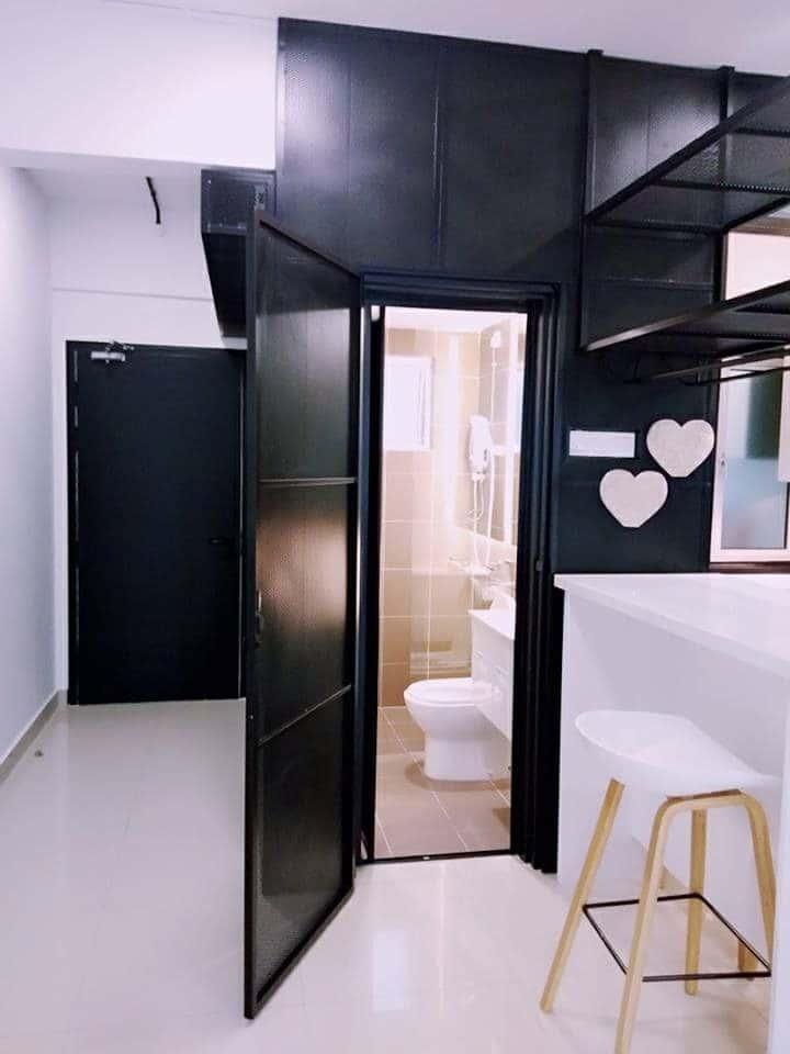 Bilik mandi dengan dinding luar besi berwarna hitam