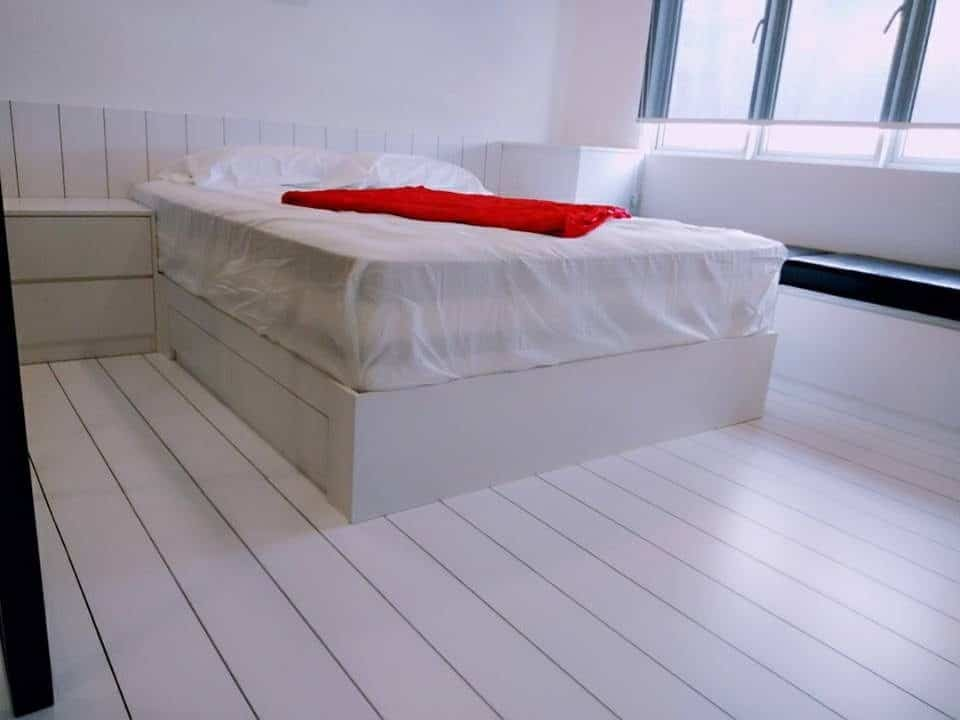 Bilik tidur minimalis dengan lantai papan kayu putih